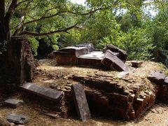 ①オクヨム  建立年代  8世紀後半 治世      不明 カンボジアでは一番古い三層のピラミッド型の寺院であり、周りにレンガ造りの福祠堂が12基あったけど、今は殆ど崩れていて当時の構造が分かりにくいです。   中央祠堂に「674年6月10日土曜日」という日付が書いてある碑文が残り、これはジャヤバルマン1世の治世に当たりますけど…。11世紀頃西バライという感慨用の貯水池を掘って堤防に埋まっています。   ここから発見下11世紀初めの碑文にこの寺院が「ガンビンレシュバラ」つまり、奥様の神に奉納されたと考えらてます。