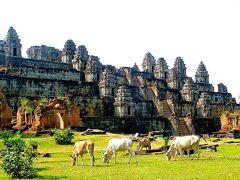 バケン寺院  建立年代  9世紀後半から10世紀初期(907年に奉納) 治世        ヤショーバルマン1世 4代目の王様であるヤショーバルマン1世(889~910)がアンコール地域へ遷都し、プノンバケン(山)を中止にして「ヤショーダラプラ」という都を造りました。プノンバケンの上に5層基壇のピラミッド型の寺院を建て、東西南北に階段があり、各基壇に2本ずつの獅子と沢山の祠堂が立ち並んでいます。寺院の周りにレンガ造りの祠堂も沢山あり、合せると108本+1本の中央の塔=109本となっています。