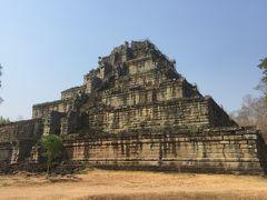 コーケーで最大プラサットトム寺院  建立年代 10世紀前半 治世ジャヤバルマン4世  ジャヤバルマン4世が王位を奪ったという説もあり、この王が928年に一時的にコーケーへ遷都し、都の中央に7層基壇のピラミッド型のプラサットトム寺院を建てました。地面からの高さが36メートルもあり、各層基壇に何も無いですけど、一番上にシバリンガーが置いてあったと言われています。他の寺院と違って周りではなく本殿の前に複雑な煉瓦造りの福祠堂が沢山あります。
