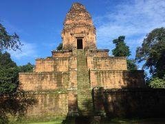 ⑥バクセイチャムクロン寺院  建立年代 10世紀初期(948年に再度奉納された) 治世 ハサバルマン1世 完成者:ラージェンドラバルマン2世 3層のラテライトで造られた基壇上に1基の祠堂を載せたピラミッド型の寺院です。東西南北に階段が一つずつあり、各層の基壇に何もありません。