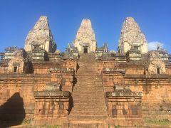 ⑦夕日のスポットでも有名なプレループ寺院  建立年代   10世紀中期(961年) 治世          ラージェンドラバルマン2世(961年)   また寺院の形が変わってきてラテライトで造られた4層基壇のピラミッド型の寺院です。3層の基壇に付けられた階段の両側に獅子の像が置き、頂上に4つの祠堂で囲まれていた煉瓦造りの中央祠堂があります。寺院の周りに回廊のような建物ができました。
