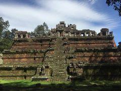 ⑧ピミアナカス寺院 建立年代   10世紀末から11世紀初期 治世   ジャヤバルマン5世、ウダヤーディティヤバルマン1世、スーリヤバルマン1世   3層のラテライト基壇を積み上げた、最上層に小さな祠堂を載せています。東西南北にとても急な階段がありますけど、裏の階段だけは少し緩やかです。13世紀カンボジアを訪れた週多観という中国人の書いた見聞録には寺院の上に頭を9つ持つ大蛇が棲み、毎晩美しい乙女に姿を変えました。王様が毎晩必ず寺院の上まで上がり、その美しい乙女と交わないといけないと書いてあります。