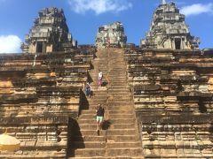 ⑨タケオ寺院  建立年代 10世紀末期から11世紀初期 治世     ジャヤバルマン5世、ジャヤヴィーラバルマン  砂岩で造れた3層の基壇の上に4本の祠堂で囲まれている中央祠堂があるピラミッド型の寺院です。地面時から3メートル程の所に回廊があり、格子状の窓もあってとても見事です。 碑文には当時の名前である「ヘーマスリンガギリー=黄金の山頂のある山」と書いてあります。975年に建築工事が着手され、1000年頃に主神が奉納されたと…その後スーリヤバルマン1世はタケオをバラモン僧のヨギシュバラパンディタに授与したと…