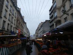 市場へ到着後、各店舗を見ながら散策しました。