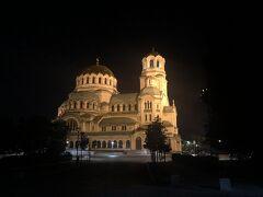 大きな教会が見えました。近くの広場にはラップバトルをする若者たちが! ブルガリア人は夜型なのかな