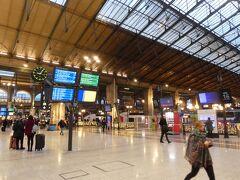 この旅も終盤に入り、パリからブリュッセルへ移動します。売店でエクレアとコーヒーを買い、事前に予約していた電車時間を待ちました。