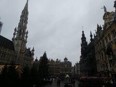この日は天候も良くなく、雨が降ってきました。グランプラスはいつも観光客で賑わっていました。