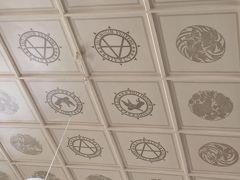 三角駅の天井の柄も素敵ですよ~