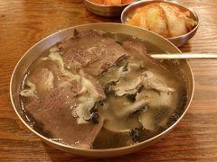 スープといえば「コムタン」も外せません。  写真は「ハドンガン(河東館)」のヨイド店(本店は明洞)で2015年に撮影。コムタンは内臓を煮込んだ白濁スープのイメージですが、こちらはご覧の通り透き通るスープ。しかも見た目からは想像できない濃い味に驚かされます。五臓六腑に染み渡るの表現がピッタリの絶品スープが味わえます。