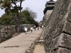 松山城まで歩きます。