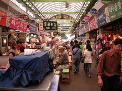 広蔵市場は食べ物屋が多くあり、何度行っても飽きません。今では日本人観光客も大勢訪問し、それぞれ好みの店で美味しい料理を気軽に楽しむ姿が見られます。(人が多すぎてなかなか料理にありつけないのが問題か・・・)  写真は2009年当時です。