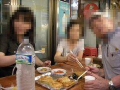 広蔵市場の緑豆チヂミの人気店「スニネピンデトク」にて(2012年撮影)。  鉄板にたっぷりの油を敷いて焼き揚げたチヂミは、外がカリッとして美味しい!市場内でこれまた人気の麻薬キムパプを買って持ち込んでますね。