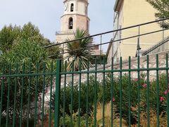 あの塔はNotre-Dame-des-Accoules パニエ地区の近くにはいろいろと見所があります https://travelguide.michelin.com/europe/france/provence-alpes-cote-dazur/bouches-du-rhone/marseille/place-de-lenche  https://madeinmarseille.net/5403-chateau-borely-marseille/  https://walkli.com/path/France/Marseille/marseille-south-of-the-old-port