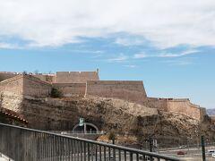 あっちのほうにミューセムがあります。 これはサンジャン要塞ではなくサンニコラ要塞かな こちらも素晴らしい建築でこれはルイ14世の時にできました。  なんとマルセイユはかつてペストの大流行の地で1720年から2年間の間に10万人もの人が亡くなったそう。  そこで行政は健康委員会を作り、18日間の隔離を行いました。そしてカーゴも船も三つのBill of healthで健康証明書を出させました。  これ、いまに始まった話ではなく判例というか歴史にあったんだ。だから、インターコンチがホスピタルだったってそういうことかな。それならクルーズターミナルや空港に病院いるな。  三回の検疫では、三箇所の隔離があり疑いがある場合は50ー60日間の隔離期間を経てマルセイユに入れました。そのおかげでマルセイユでは根絶できました。 https://www.ncbi.nlm.nih.gov/pmc/articles/PMC6205573/