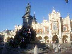 中央広場で学生が集合写真を撮っていました。