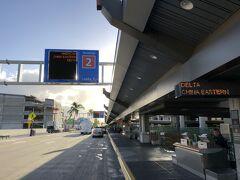 米国・ハワイ『ダニエル・K・イノウエ国際空港』 (旧ホノルル国際空港)ターミナル2 2Fの写真。  帰国便もデルタ航空なので、ターミナル2の2階まで 送ってもらいました。  ワイキキ(ヒルトン・ガーデン・イン・ワイキキ・ビーチ)から 『ダニエル・K・イノウエ国際空港』までの所要時間は、 約20分でした。