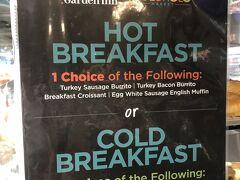 ハワイ・ワイキキ『Hilton Garden Inn Waikiki Beach』1F 【Holoholo Cafe & Market】  『ヒルトン・ガーデン・イン・ワイキキ・ビーチ』の 【ホロホロ カフェ&マーケット】のブレックファストメニュー (6:00~11:00)の写真。  ◆ 温かい朝食  ◆ 冷たい朝食  温かいものと冷たいものをそれぞれ選びました。  昨日は【TRファイヤーグリル ワイキキ】で朝食ブッフェを いただいたので、今日はこちらのデリをテイクアウトします。  ヒルトン・オナーズのダイヤモンドメンバー特典で、朝食が無料です↓  <ハワイ ⑭ PINKに包まれる♪『ヒルトン・ガーデン・イン・ ワイキキ・ビーチ』【TRファイヤーグリル ワイキキ】の朝食★ 『ザ ロイヤル ハワイアン ア ラグジュアリー コレクション リゾート  ワイキキ』のショップ【アクセンツ】&【TRHインスパイアード】 新作ロイヤル・ハワイアンバニー&ベア>  https://4travel.jp/travelogue/11615330