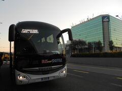 途中、バチカンと Aurelia の2か所に停車してお客さん乗車。 フィウミチーノ空港ターミナル3に定刻 7時50分到着。テルミニ駅から1時間でした。フライトは11:05発なので 3時間15分前に空港イン出来た。