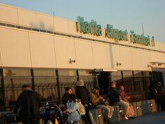 空港の展望テラスへ飛行機を見に行きました。 いい天気~!太陽の日差しがあったかくて、気持ちがいい~!