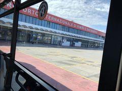 アドリア海に面した都市・リミニ。 リミニ空港は映画監督・フェデリコ・フェリーニ空港とも呼ばれるそう。 「道」という映画が有名ですね。学生時代に見ました。 リミニ空港について事前に調べても情報が少なかったので、小さい空港だとは想像していました。  クラクフから問題なくLCCでリミニに到着しました。 案の定、小さい空港。そして両替所がない!(焦) バスに乗ろうとしたら、お釣りがないと断られたため、仕方なくATMで引き出して、売店でジュースを買い、小銭をゲットしました。  外に出ると、ああ南ヨーロッパに来たな♪という空気。 適当なバスドライバーに駅にいくよねと確認して、乗り込みます。 久々の「グラッツィエ!」。開放的な気分になってきた~!! めっちゃ揺れるバスに揺られて、リミニ中央駅に向かいます。 車窓に見える、イタリアのリゾート地らしい建物が眩しい!