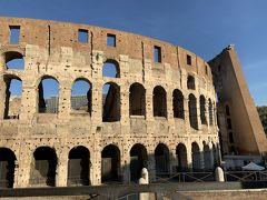 凱旋門の向かいにコロッセオ。 西暦72年に8年かけて造られた闘技場。