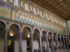 最後は、同じチケットでは入れるサンタポリナーレ・ヌオヴォ聖堂へ。 両サイドにモザイクが! 左側が聖女、右側が殉教者。