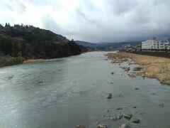 球磨川下りもできる有名な川だ。渡っている橋は明治41年の完成だそう。