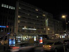 スウェーデンから移動してきてフランクフルト空港へ到着。  空港での荷物の扱いが悪く一人のスーツケースが壊れてしまった。 夕方にホテルに到着、ホテルはフランクフルト中央駅の脇にある「Excelsior Hotel」という歴史あるホテルです。
