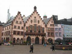 大聖堂の正面にレーマー広場があります。