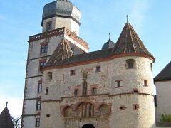 マリエンブルク要塞と大聖堂、レジデンツなどを足早に見て回る。 先ずはマリエンブルク要塞へ 非常に古い要塞で1200年頃に司祭の居住として作られたようである。 入口には今も銃弾の跡が残っていた。