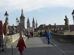 遊歩道を降りて行くと、アルテマイン橋にたどり着く。 両脇には石像が立ち、奥に大聖堂が見える。 美しい~と思わず言ってしまうようである。