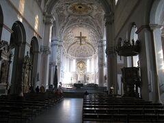 大聖堂はとても大きく、白壁でどこも彫刻が素晴らしい。