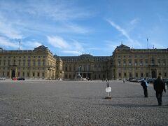 午後はレジデンスへ 広場はとても広く建物は左右が同じように作られている。