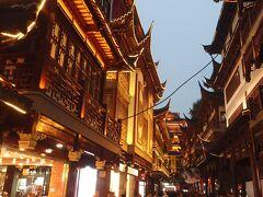 蘇州観光を終え、上海に戻ってきた。途中でFeiyueという有名なスニーカー屋に寄ってもらった。夕食のレストランに送ってもらって終わりだったんだけど、少し時間に余裕があったので豫園に行ってもらった。