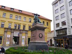ヨセフ・ユングマンの像。 チェコの詩人で文学者、ヴィシェフラドのお墓参りにあったかな?