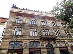 ヴァーツラフ広場からナ・プジーコブィエ通りへ。  ここにも歴史を感じさせる建物。