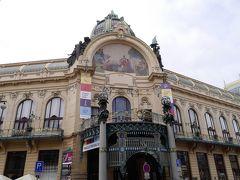 市民会館。 1912年に完成した壮麗なアールヌーヴォー建築。昨日、火薬塔の隣にあるから入ったわな。 外観も格好いいんですが、内部は「スメタナホール」あり。 4814本ものパイプからなる世界最大級のオルガンで、毎年夏に開催される国際オルガンフェスティバルでは、世界中から選ばれしオルガン奏者たちが集まっての演奏会。聴いてみたい。  「市長のホール」には、ムハのアールヌーボー様式の豪華な装飾が施されているそう。  ツアーでのご案内いたします。  昨日、残念ながらパチリ!があったのは、かの国の方の宴会だけ・・