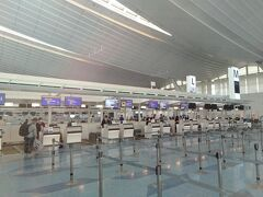 出発当日の朝、羽田空港のチェックインカウンターはガラガラ。