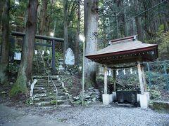 9:23 軍刀利神社 ぐんだりじんじゃ 画像は明るく写っていますが、実際は照明が点灯するほど薄暗い。