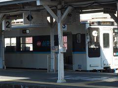大村線で一駅の早岐駅で佐世保線に乗換。 20分ほどで有田駅に着きました。  反対側のホームには 伊万里方面に向かう松浦鉄道の車輛が 待っています。
