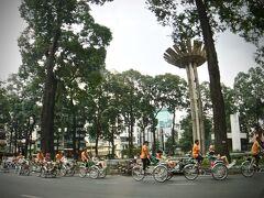 【ホーチミンの街並み】  おお、三輪車の集団が.....