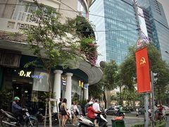 【ホーチミンの街並み】  あちらこちらに掲げられた旗が出てくると、おお、ベトナムにきたなぁ~という気持ちなってきます。