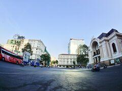 【ホーチミンの街並み】  ドンコイ通りをまっすぐ上り....