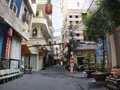 【ホーチミンの街並み】  すごく狭い路地に、前触れもなく、いきなり日本的な雰囲気の一角が現れます。