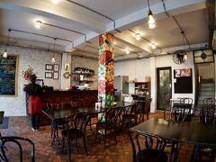 【ホーチミンの街並みを見ながら街を徘徊】  中へ入ると、安い喫茶店みたいなチープな感じ....  本当は、ちゃんとしたベトナム料理が食べたくて入ったんですが、よかったんかなぁぁ…こんなお店で。