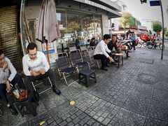 【ホーチミンの街並みを見ながら街を徘徊】  椅子は、少しお洒落にはなりましたが...なぜか、高さは...やっぱり低い....