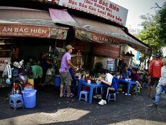 【ホーチミンの街並みを見ながら街を徘徊】  先ほども見た、このお風呂用の椅子に座るホーチミンの大衆食堂....