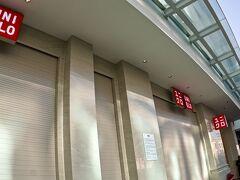 【ホーチミンの街並みを見ながら街を徘徊】  「ユニクロ ドンコイ店」の前を通過~  ここだけ見ていると、日本ですね....