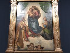 入った奥に、ドドーンとありました。 ラファエロの「システィーナのマドンナ」です。 写真撮影もOKだし、間近で見られるし・・・驚いた。 絵画館自体は小さいですが、この作品の迫力にやられました。