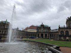 翌朝。 あまり天候はすぐれません。 少し雨も降っています。  まずはトラムに乗ってツヴィンガー宮殿にやってきました。